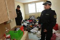 Litvínovští strážníci v janovském bytě. Nepořádek tam je obrovský.