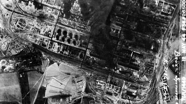 Letecký snímek bombardování chemičky STW v Záluží z 12. května 1944.