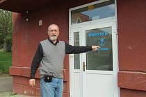 Blahoslav Číčel u služebního vchodu do azylového domu v Mostě.