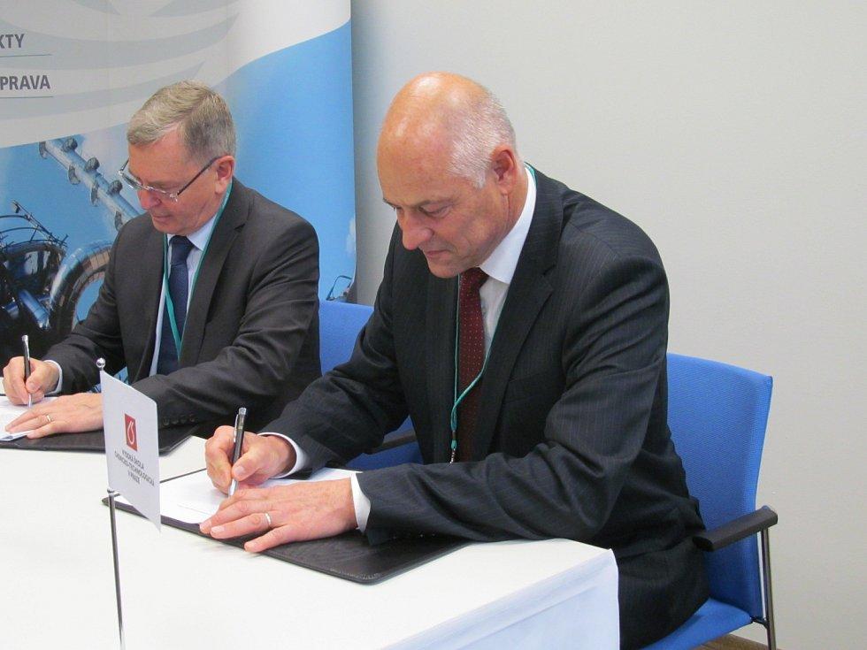 Rektor VŠCHT Karel Melzoch (vpravo) podepsal smlouvu o spolupráci se zástupcem Unipetrolu Piotrem  Wielowieyskim.