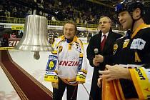 Karel Gott křtil 23. prosince 2007 na litvínovském stadionu Zvon vítězství
