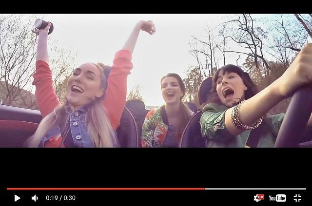 Záběry zTV reklamy na MOL zroku 2016připomínají video ztragické nehody dvou mladých žen vObrnicích.