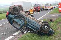 Hasiči zasahují na místě nehody