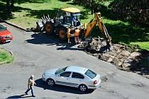 V ulici K. H. Borovskéhov Mostě začala rekonstrukce parkoviště z vegetační dlažby
