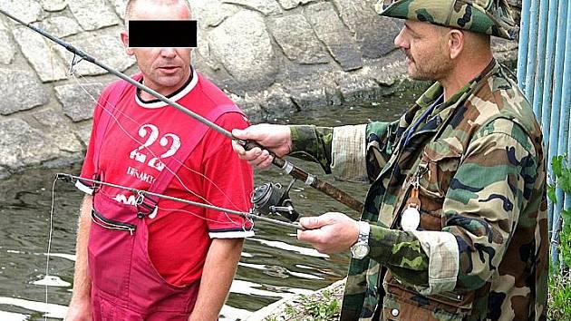 Šéf rybářské stráže Petr Bucha odebírá prut pytlákovi.