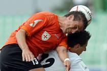 Mostečtí fotbalisté při zápase s Fulnekem.