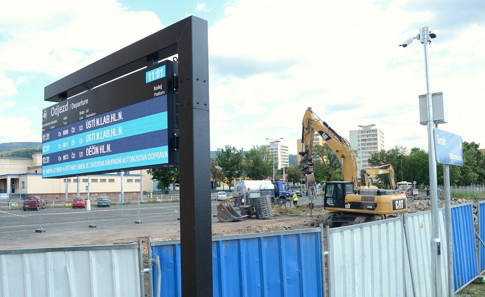 Zbouráním několika opuštěných objektů včetně bývalé restaurace Jáva začala u vlakového nádraží v Litvínově výstavba nového autobusového terminálu
