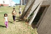 Děti v Bečově si hrají u nebezpečných panelů.