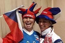 Iveta Hradecká a Žaneta Tomášková fandí v práci, Energii Meziboří - aktivizační dílně. Dnes jsme se všichni oblékli do národních barev, fotil se, zahájili jsme sázky na Česko, odstartovali Turnaj v hokeji na pc.