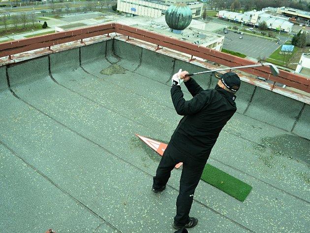 Mostecký architekt Jiří Harant odpálil míček ze střechy hotelu Cascade směrem na radnici. Extrémní golfisté soutěžili v sobotu v centru Mostu.