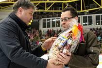 Ondřej Máslo (vpravo) přijímá poděkování a dárkový koš od generálního manažera HC Verva Litvínov Roberta Kysely