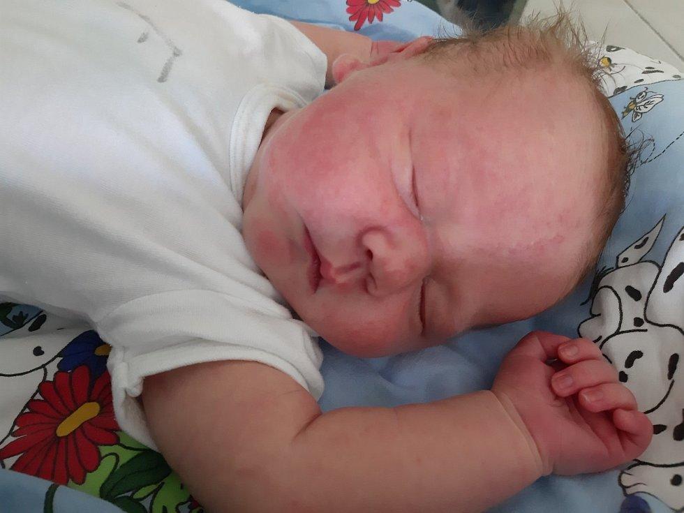 Čeněk Mikloš se narodil mamince Alexandře Miklošové z Levous 27. srpna v 15.15 hodin. Měřil 53 cm a vážil 4,29 kilogramu.