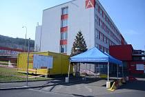 Za hlavní bránou mostecké nemocnice je připravené odběrové místo pro pacienty s podezřením na nákazu koronavirem. Otevře se ve čtvrtek 19. března v 8 hodin.