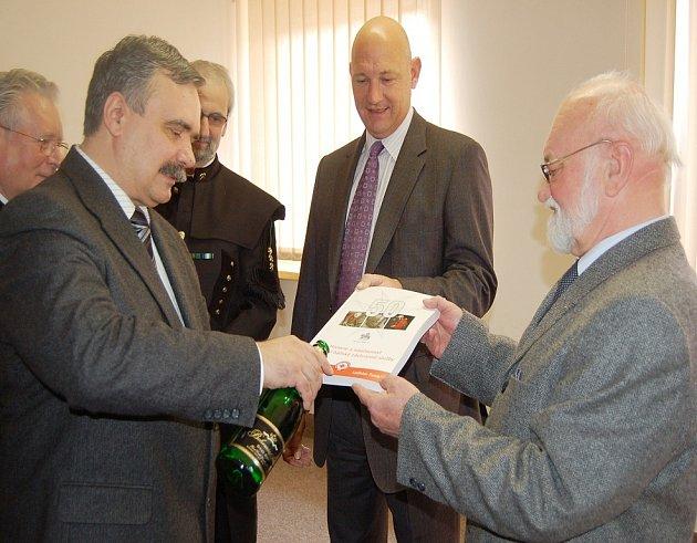 Primátor Mostu Vlastimil Vozka (vlevo), generální ředitel MUS Luboš Měkota (uprostřed) a autor  Ladislav Funiok při křtu knihy.