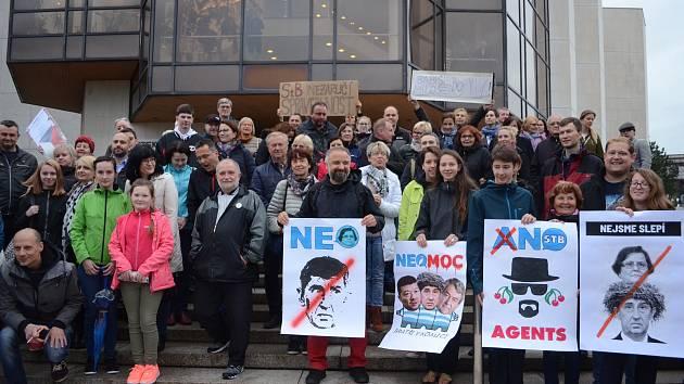 Stovka lidí s transparenty a českými vlajkami protestovala na 1. náměstí v Mostě proti premiérovi Andreji Babišovi a chystanému jmenování Marie Benešové ministryní spravedlnosti.