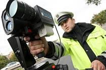 Dopravní policista s radarem. Ilustrační foto.
