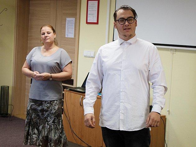 Václav Zajíček slavnostně zahajuje svou první výstavu. Události se zúčastnila i ředitelka knihovny Marcela Gűttnerová.