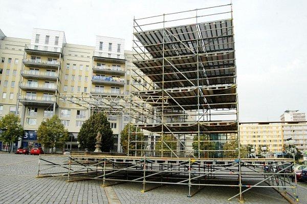 Podium pro předvolební losování odary a pro koncerty si uradnice vMostě nechalo postavit Sdružení Mostečané Mostu.