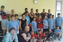 Němečtí boxeři (v modrém) na tréninku společně s mosteckými borci.