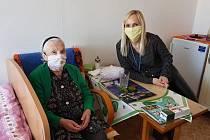 Ředitelka Městské správy sociálních služeb v Mostě Jarmila Kotyzová (vpravo) má se svým týmem na starosti domovy pro seniory, jejichž věkový průměr je přes 80 let.