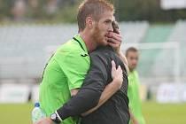 Martin Olejník se po zápase objímá se trenérem Hofmannem.