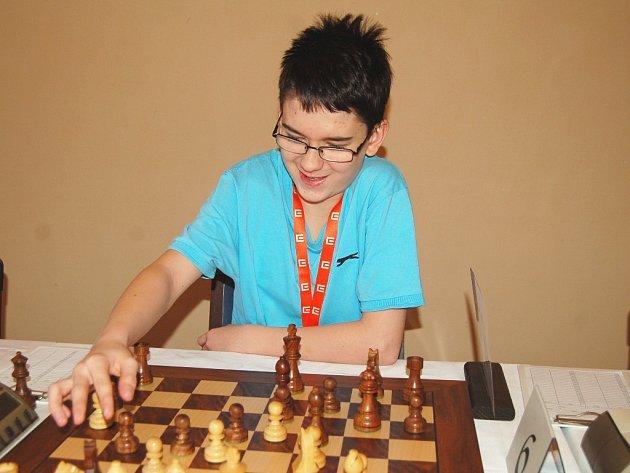 Na snímku je Adam Luboš Polanský z Mostu, který je z výpravy šachistů Ústeckého kraje zatím nejlepší. V kategorii mladších žáků je průběžně na druhém místě po pěti kolech.