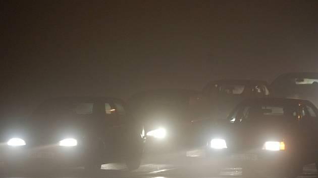 Auto za autem. Tak to vypadá nyní ve špičce mezi Litvínovem a Mostem. Ulehčit dopravě má v budoucnu rozšíření silnice na čtyři pruhy.