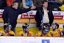 Ondřej Weissmann (vlevo) při zápase s Vary, které Verva prohrála 1:4.