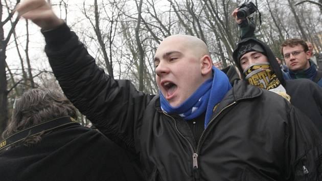 Asi stovka radikálů a lidí nespokojených se situací v Janově přišla protestovat do Zámeckého parku.