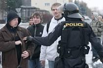 Policisté kontrolují situaci na Janovském sídlišti.
