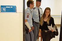 Lucie Šlégrová odchází od mosteckého soudu.
