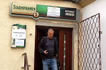 Volební místnost v hospodě Hrabák v mosteckých Čepirozích.