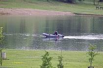 Hasiči hledají chlapce, který se měl utopit na Benediktu. Chlapec si však jen odskočil domů.