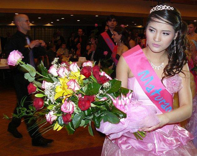 Chvílemi se člověk na plese litvínovského gymnázia cítil jako na soutěži krásy.