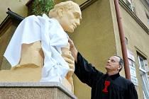 Vikář Vladislav Vojtěch Hána poodhalil bustu Jana Husa u modlitebny v ulici L. Janáčka. Za tři dny uplyne 600 let od upálení velkého reformátora a kazatele.