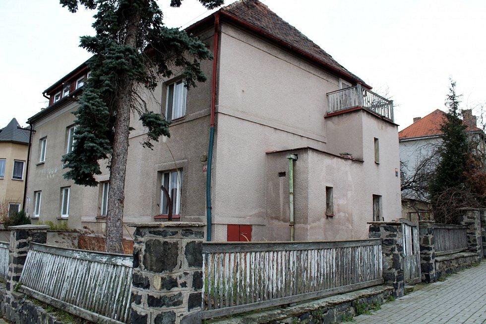 """Vila, kde měl Luďan """"mezirasový"""" mejdan, je v nejklidnější části Mostu."""