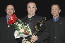 V minulém ročníku ankety o Nejúspěšnějšího sportovce Mostecka zvítězil hokejista Robert Reichel (uprostřed) před jachtařem Martinem Trčkou.