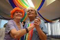V mostecké Astře se konal zábavný Duhový ples pro babičky a dědečky, o které se stará Městská správa sociálních služeb.