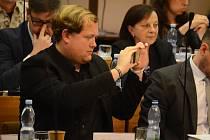 Pirát Adam Komenda si fotí kolegy v zastupitelstvu během diskuze o hazardu v Mostě.