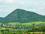 Vrch Zlatník u Mostu se stane národní přírodní rezervací. Dole jsou víska České Zlatníky a silnice mezi Mostem a Bílinou