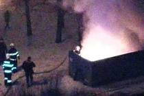 V Mostě v ulici K. H. Borovského hořel po půlnoci kontejner na odpad