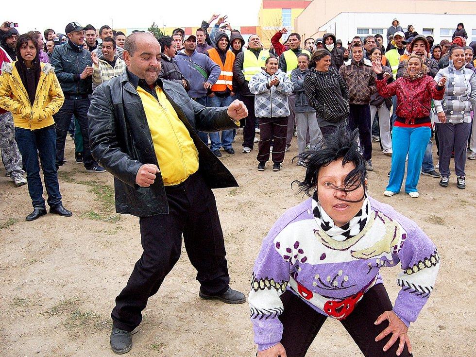 Chánov v dubnu 2012. Romové tančí během pochodu nacionalistů sídlištěm.