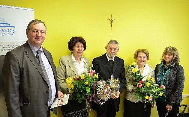 Snímek po předání Zlaté holubice míru. Zleva Ralf Börner, německý politik, Eva Čenkovičová, ředitelka Oblastní charity Most, Benno Beneš, Brigita Janovská a manželka Börnera.