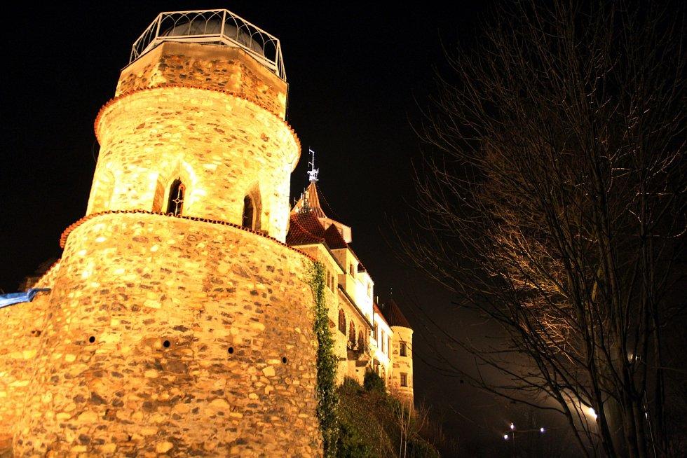 Nově nasvícený mostecký hrad Hněvín se tváří tajemně