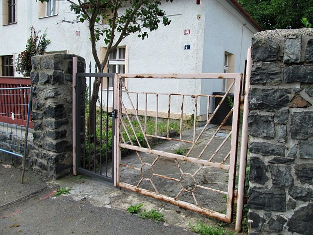 Technické služby nainstalovaly před dům branku se zámkem.
