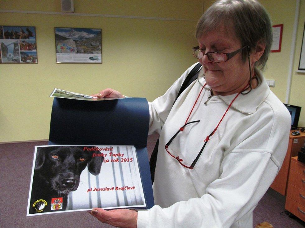 Tato paní byla jednou z těch, kteří obdrželi děkovný certifikát za to, že si v uplynulém roce vzali z útulku psa vysokého věku.