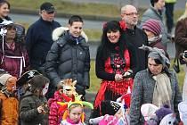 Kateřina Schwarzová a Ivana Šabková (v kostýmu) v masopustním průvodu v Lomu loni v březnu. Akci pořádala škola a vyvolala nadšení.