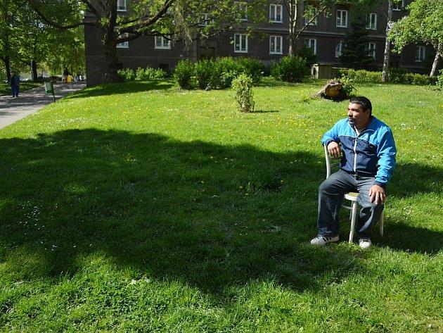 Mostečan sedí na své židli ve Stovce. Kdyby ho načapali strážníci, musel by vstát.