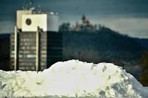 Sníh v Mostě už není černý od sazí jako dřív