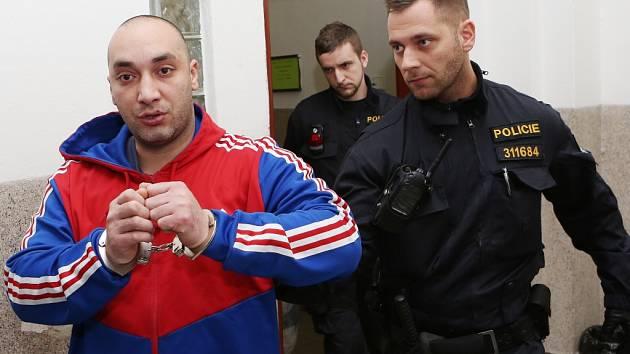 Zloděj destiček z Památníku Terezín Daňo byl převezen z Anglie.